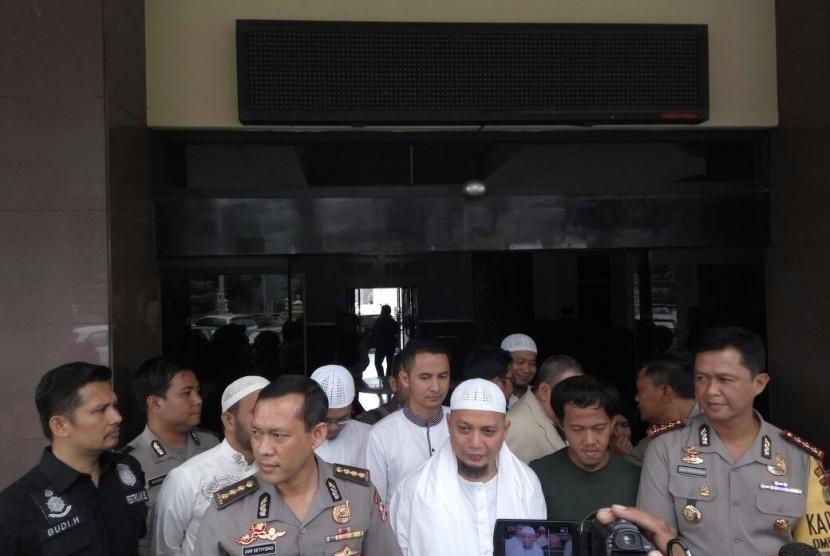 Pimpinan majelis Az-Zikra Ustaz Arifin Ilham saat menjemput Nurul Fahmi di Mapolres Jakarta Selatan, Selasa (24/1) siang.