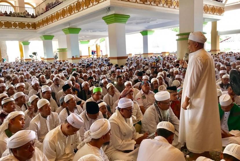 Pimpinan Majelis Az-Zikra Ustaz Muhammad Arifin Ilham memimpin Tausiyah Zikir di Masjid Az-Zikra Sentul, Bogor, Ahad (3/12).
