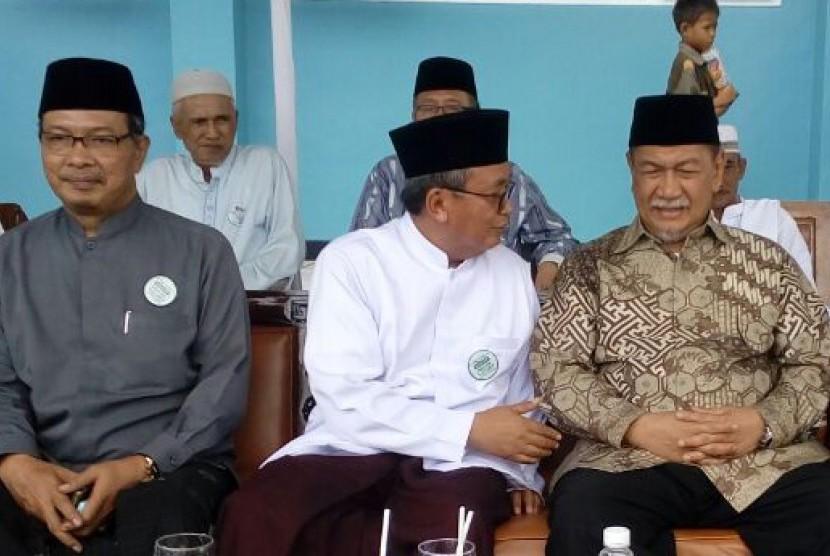 Pimpinan Pontren Al Muhajirin Purwakarta KH Abun Bunyamin (tengah) berbincang dengan Wakil Gubernur Jabar H Deddy Mizwar (kanan) dalam puncak peringatan milad Pontren Almuhajirin Purwakarta, Selasa (7/2).