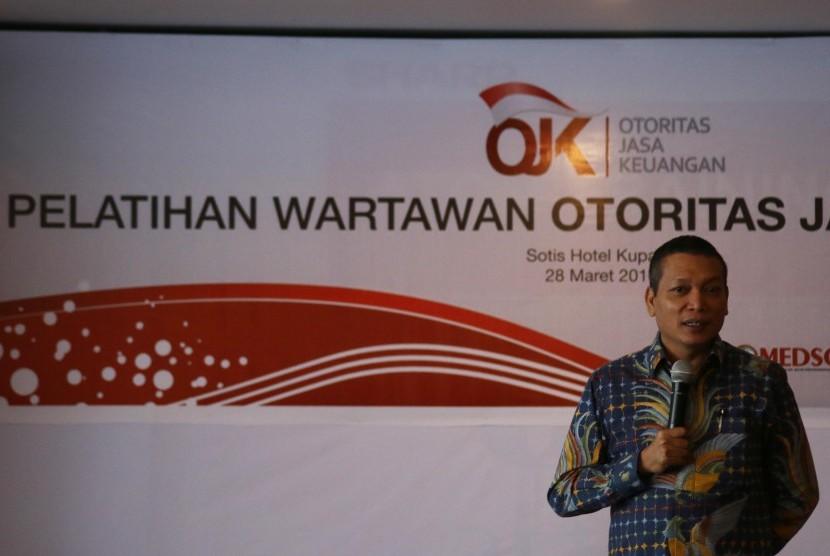 Pimpinan Redaksi Infobank Eko B. Supriyanto memberikan materi kepada wartawan saat Pelatihan Wartawan Otoritas Jasa Keuangan (OJK) di Kupang, NTT, Senin (28/3).