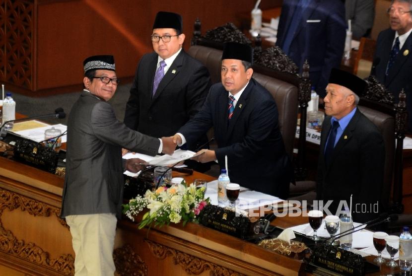 Pimpinan sidang Fahri Hamzah menerima naskah laporan dari ketua Pansus Angket KPK Agun Gunandjar Sudarsa pada rapat Paripurna DPR di Kompleks Parlemen, Senayan, Jakarta, Selasa(26/9).