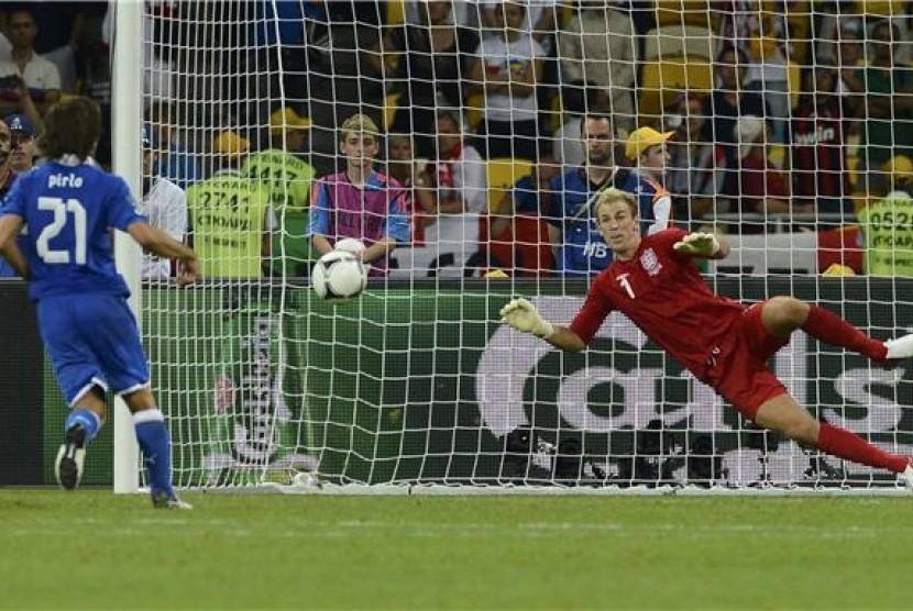 Andrea Pirlo menjinakkan kiper Timnas Inggris, Joe Hart dalam drama adu penalti Italia kontra Inggris di babak perempat final Piala Eropa 2012, Senin (25/6) dini hari WIB. Italia melenggang ke fase semifinal usai menang 4-2 dalam adu penalti tersebut.