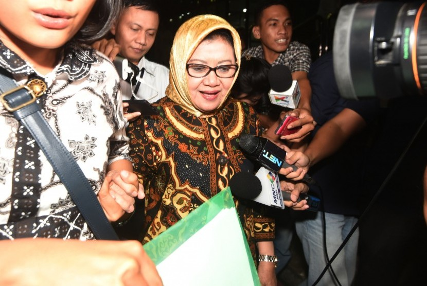 Plt Bupati Subang Imas Aryumningsih meninggalkan Gedung KPK usai menjalani pemeriksaan di Jakarta, Senin (20/6).