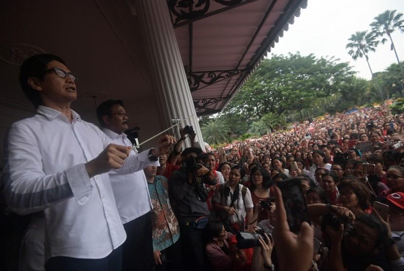 Plt Gubernur DKI Jakarta Djarot Saiful Hidayat (kedua kiri) dan musisi Addie MS (kiri) memandu untuk menyanyikan lagu Indonesia Raya dalam aksi simpatik warga di Balai Kota DKI Jakarta, Rabu (10/5).