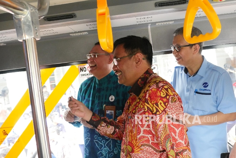 Gubernur DKI Jakarta Djarot Saiful Hidayat (tengah)