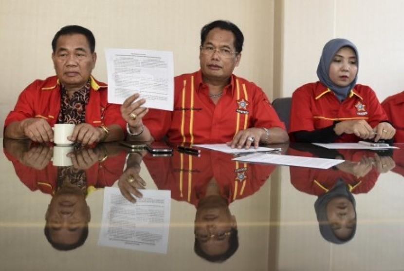 Plt Ketua Umum Sentral Organisasi Karyawan Swadiri Indonesia (Soksi) yang merupakan organisasi sayap Partai Golkar Ali Wongso Sinaga (tengah) didampingi pengurus lainnya memberikan keterangan pers terkait dualisme kepemimpinan Soksi di DPP Golkar, Jakarta, Sabtu (9/9). Soksi versi Ali Wongso mengajak pengurus Soksi versi Ade Komarudin untuk melakukan rekonsiliasi agar kemelut dualisme kepemimpinan dapat terselesaikan