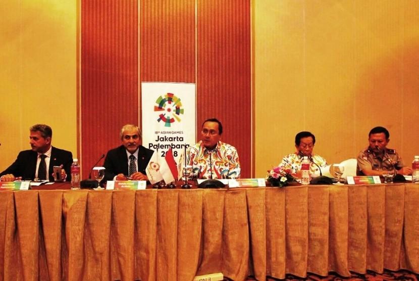 plt Sekjen INASGOC, Harry Warganegara (tengah) dalam OCA Protocol Coordination Meeting yang berlangsung di Jakarta, Kamis (30/3).