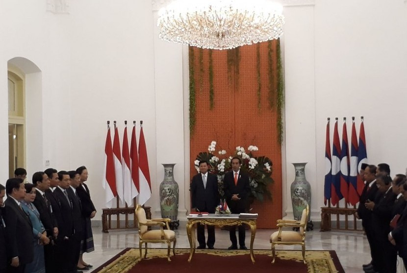 PM Laos bersama Presiden Jokowi menggelar jumpa pers di Istana Presiden, Kamis (12/10).