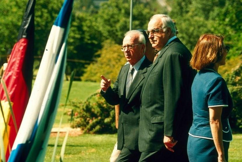 PM Yitzhak Rabin dan Kanselor Jerman Helmut Kohl pada 1995. Keduanya pengawal kebijakan dalam moderenisasi armada kapal selam Israel