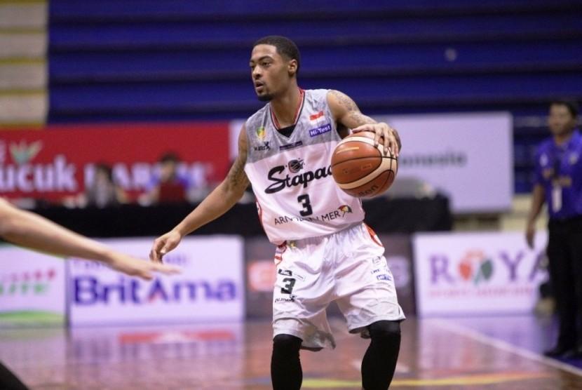 Point guard Stapac, Dominique 'Dom' William saat membela timnya menghadapi Satya Wacana Salatiga pada IBL Pertalite Seri 2 Bandung di GOR C'tra Arena, Sabtu (16/12).