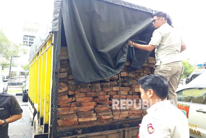 Penangkapan truk berisi kayu ilegal. (ilustrasi)