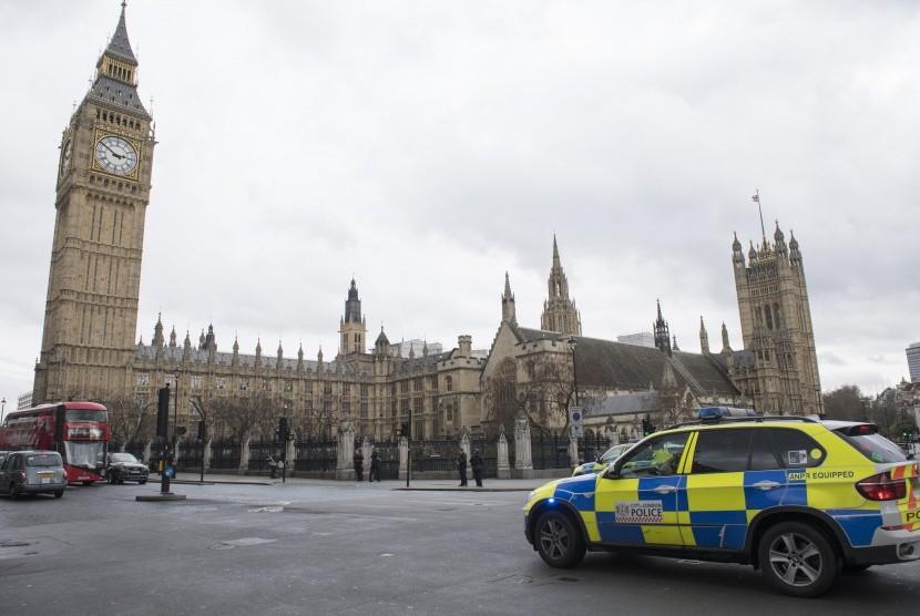 Polisi berjaga di sekitar gedung Parlemen Inggris di London.