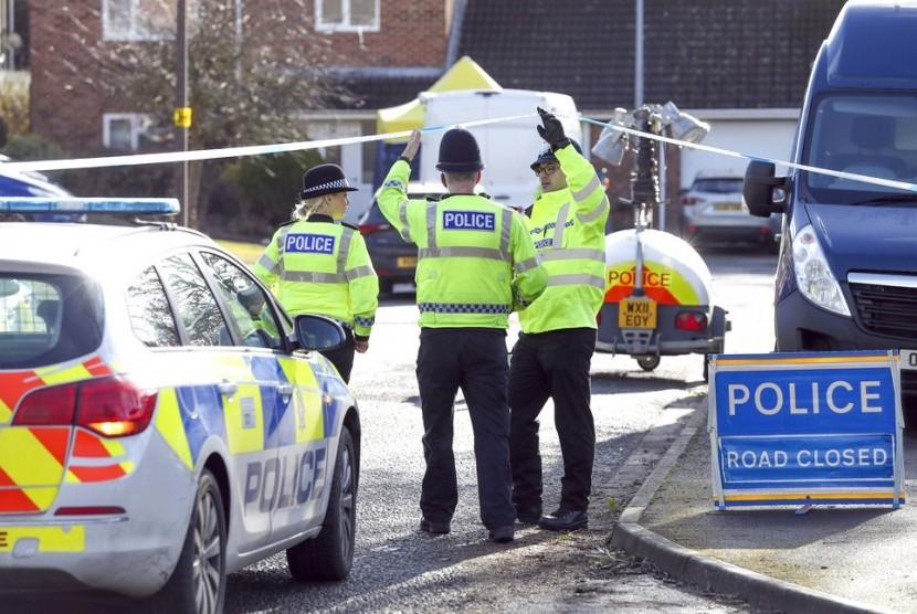 Polisi Inggris berjaga di dekat rumah seorang mantan agen intelijen Rusia, Sergei Skripal yang diserang dengan zat agen saraf.