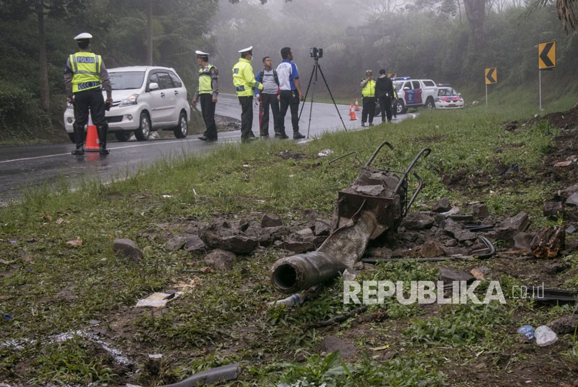 Polisi melakukan olah TKP usai kecelakaan tunggal kendaraan Mini bus (Isuzu Elf) di Jalur Tanjakan Emen, Subang, Jawa Barat, Senin (12/3).