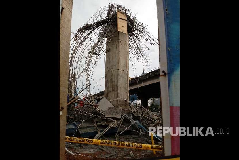Polisi memeriksa reruntuhan tiang girder proyek Tol Becakayu yang runtuh.