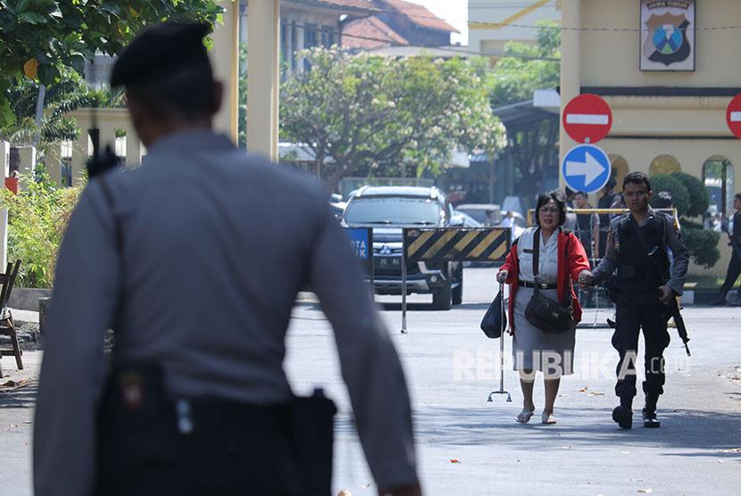 Polisi memgevakuasi Pegawai Negeri Sipil dari Polrestabes Surabaya setelah terjadi ledakan, Surabaya, Jawa Timur, Senin (14/5).