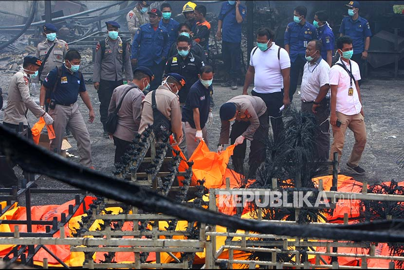 Polisi memindahkan kantong-kantong jenazah ke atas ambulans di lokasi kebakaran Gudang Kosambi, Tangerang