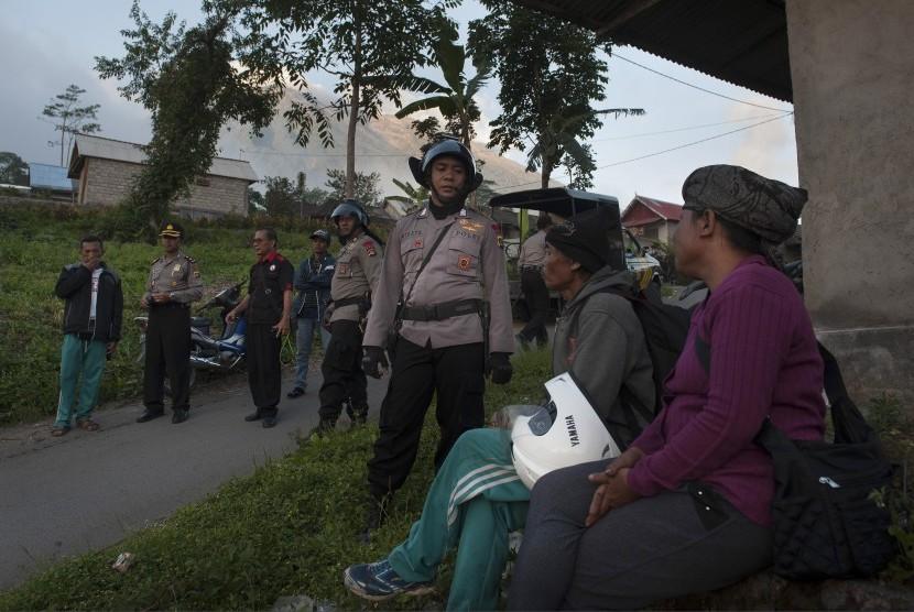 Polisi meminta warga untuk segera mengungsi setelah terjadinya peningkatan aktifitas Gunung Agung di Desa Temukus yaitu desa yang berjarak sekitar tiga kilometer dari puncak gunung itu di Karangasem, Bali, Kamis (21/9).