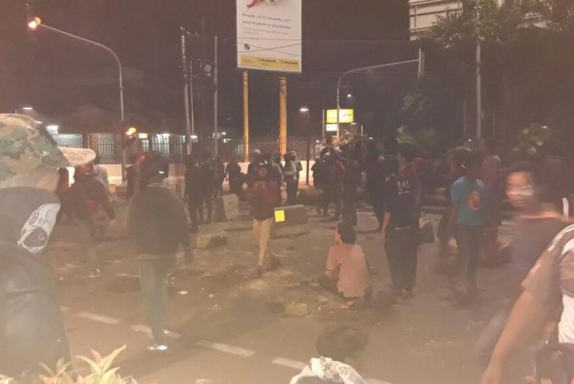 Polisi menembakkan gas air mata ke kerumunan massa di depan kantor YLBHI, Senin (18/9).