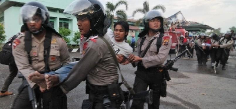 Polisi mengamankan napi yang membuat onar di Lapas (ilustrasi).