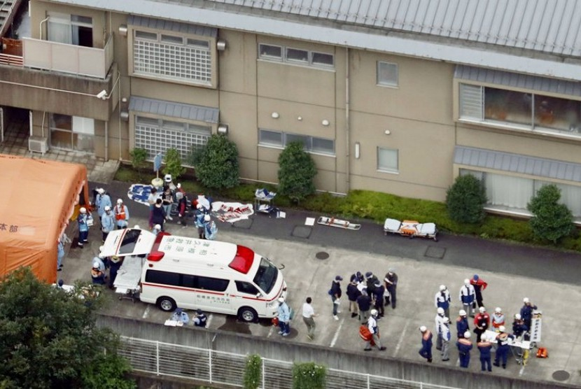 Polisi mengevakuasi korban di pusat perumahan penyandang cacat di Sagamihara.