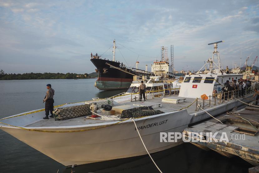 Polisi menjaga kapal Wanderlust berbendera Sierra Leone di Pelabuhan Bea dan Cukai Tanjung Uncang, Batam, Kepulauan Riau, Senin (17/7).