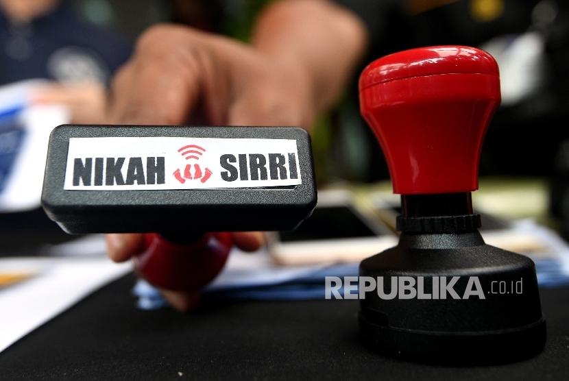 Polisi menunjukkan barang bukti saat rilis kasus perdagangan orang di Polda Metro Jaya, Jakarta, Minggu (24/9).