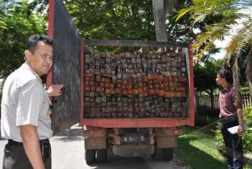 Polisi menunjukkan hasil temuan kayu ulin ilegal di Sampit, Kalimantan Timur. (Ilustrasi)
