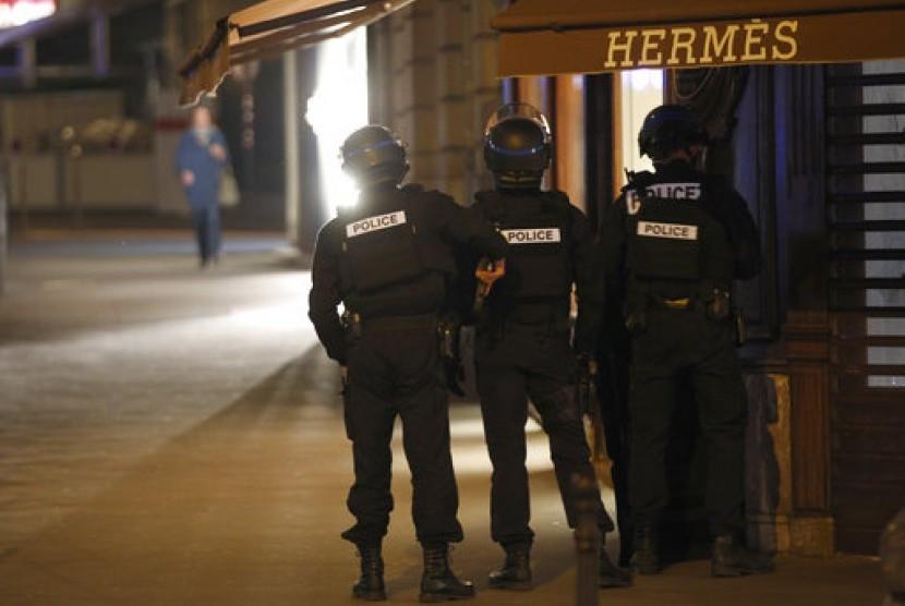 Polisi Prancis mengambil posisi usai penembakan dekat kawasan Champs Elysees di Paris, 20 April 2017.