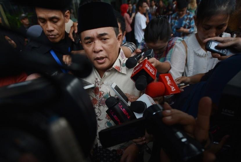 Politisi Partai Golkar Ade Komarudin menjawab pertanyaan wartawan seusai menjalani pemeriksaan di gedung KPK Jakarta, Rabu (22/11).