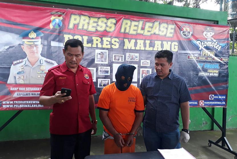 Polres Malang memberikan keterangan pers atas kasus persetubuhan terhadap anak di bawah umur dengan menggunakan baju badut