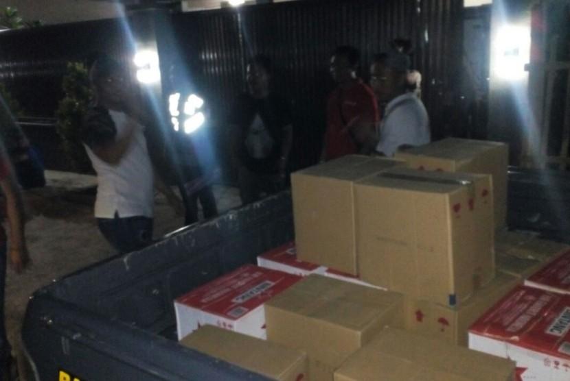Polresta Tasikmalaya menggrebek rumah di Jalan Cikunten Kampung Rancamaya Kelurahan Kersamenak Kecamatan Kawalu, Senin (16/4).