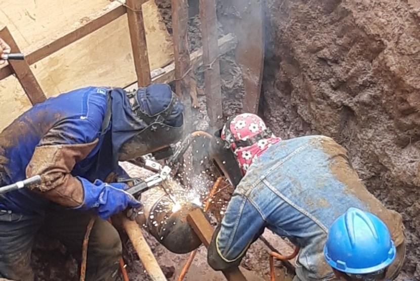 Potongan pipa yang bocor setelah pekerjaan perbaikan yang dilakukan pada Jumat (16/3/2018), setelah pekerjaan perbaikan ditemukan robekan  pada pipa tersebut.