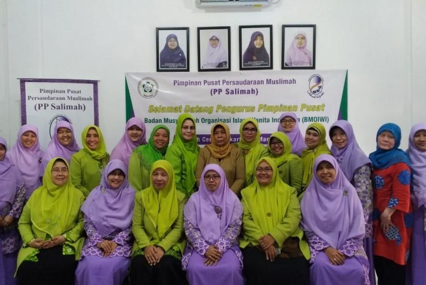 PP Salimah (Pimpinan Pusat Persaudaraan Muslimah) menerima kunjungan pengurus BMOIWI (Badan Musyawarah Organisasi Islam Wanita Indonesia) di Salimah Center (SC), Senin lalu.