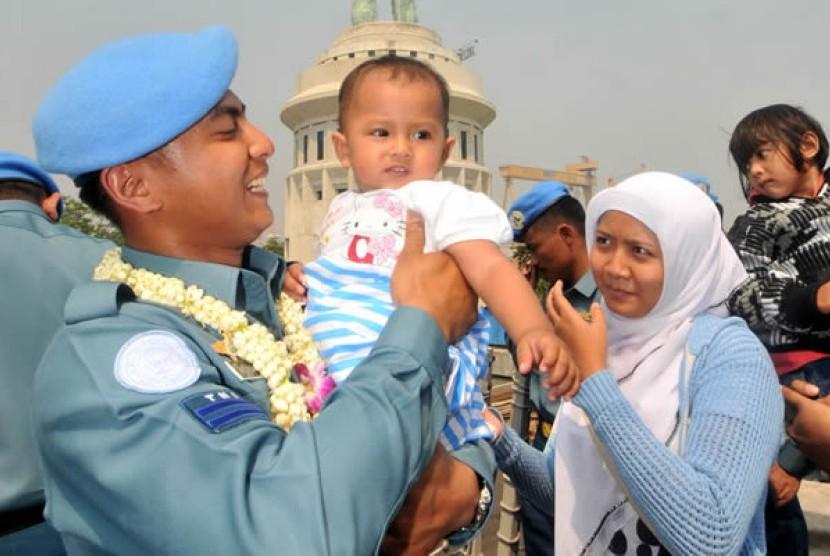 Prajurit TNI-AL yang tergabung dalam Satgas Maritime Task Force (MTF) Konga disambut keluarga setibanya di Dermaga Koarmatim Ujung, Surabaya, Jawa Timur (Ilustrasi)
