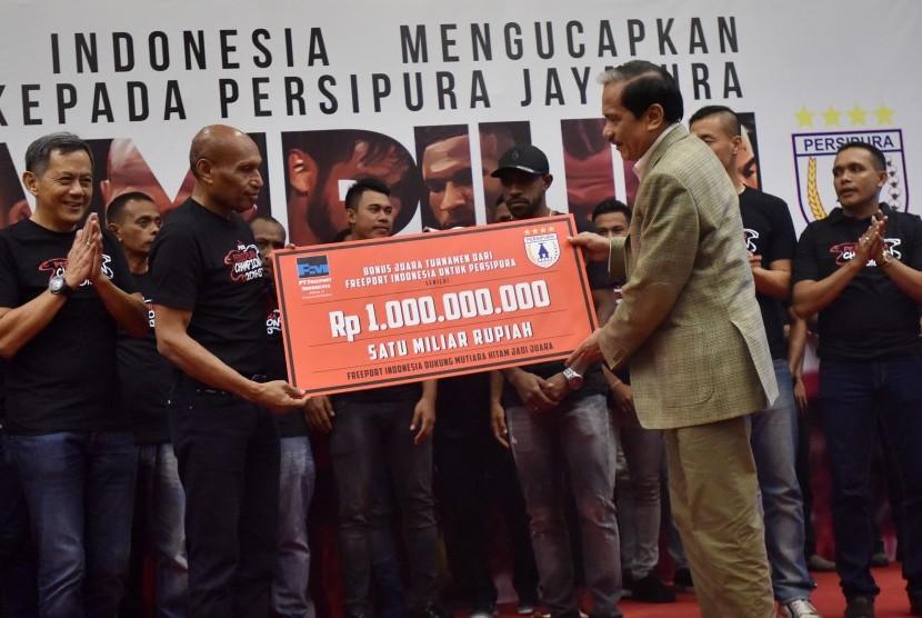 Presdir PT Freeport Indonesia Chappy Hakim (kanan) menyerahkan bonus secara simbolis kepada Ketua Umum Persipura Jayapura Benhur Tomi Mano (kedua kiri) disaksikan pemain dan ofisial Klub Persipura Jayapura di Jakarta, Jumat (6/1).