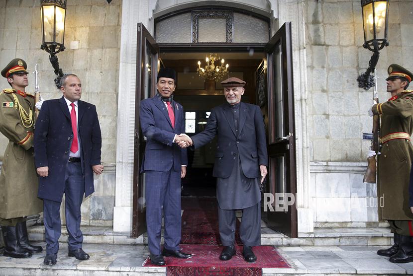 Presiden Afghanistan Ashraf Ghani menyambut kedatangan Presiden Jokowi di Istana Presiden, Kabul, Senin (29/1).