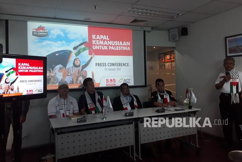 Presiden Aksi Cepat Tanggap (ACT), Ahyudin bersama timnya menyampaikan konferensi pers terkait pengiriman bantuan 10.000 ton beras ke Palestina di Kantor ACT, Menara 165, Jakarta Selatan, Rabu (10/1). n/Muhyiddin