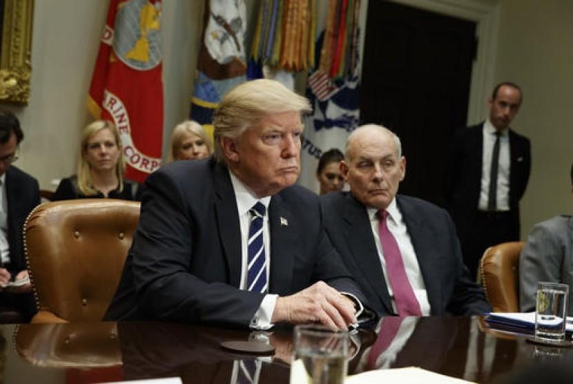 Presiden AS Donald Trump didampingi Menteri Keamanan Dalam Negeri John Kelly (kanan) dalam pertemuan mengenai keamanan siber di Roosevelt Room, Gedung Putih, 31 Januari 2017.