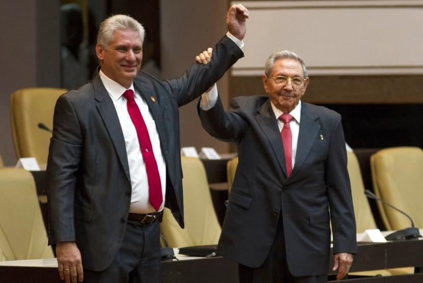 Presiden baru Kuba Miguel Diaz-Canel (kiri) bersama presiden Kuba sebelumnya Raul Castro di Majelis Nasional di Havana, Kuba, Kamis (19/4).