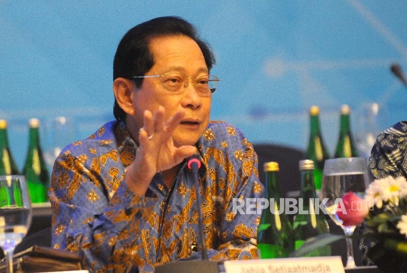 Presiden Direktur Bank BCA Jahja Setiaatmadja menyampaikan hasil kinerja Bank BCA tahun 2016 di Jakarta, Senin (13/3).