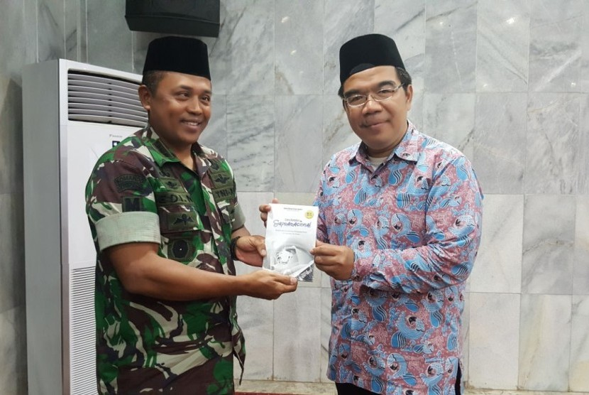 Presiden Direktur Klinik Pendidikan MIPA, Raden Ridwan Hasan Saputra (kanan) dan Ka Bintal Kopassus, Letkol CAJ Muftiono (kiri).