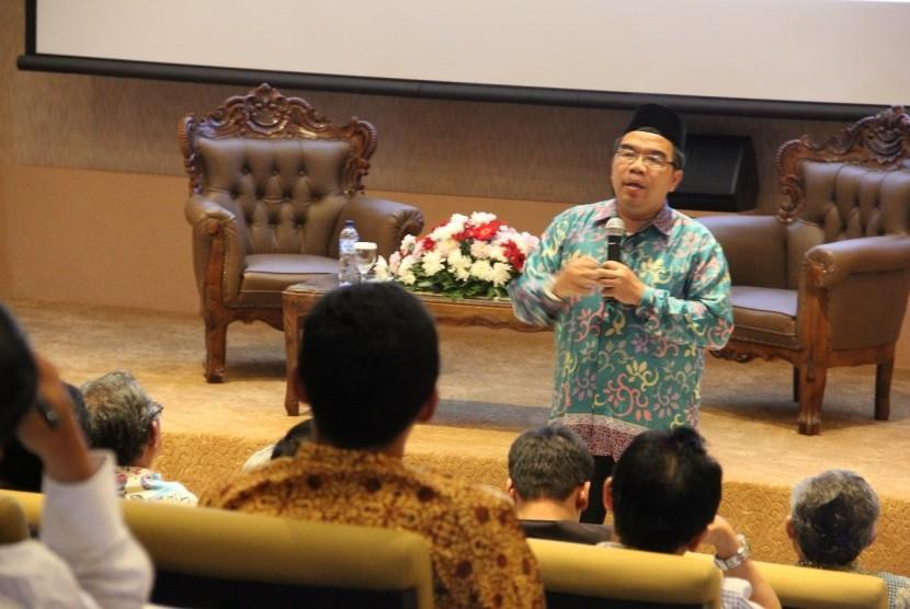 Presiden Direktur Klinik Pendidikan MIPA sekaligus penulis buku Supra Rasional, Raden Ridwan Hasan Saputra memberikan pelatihan tentang konsep cara berpikir supra rasional.