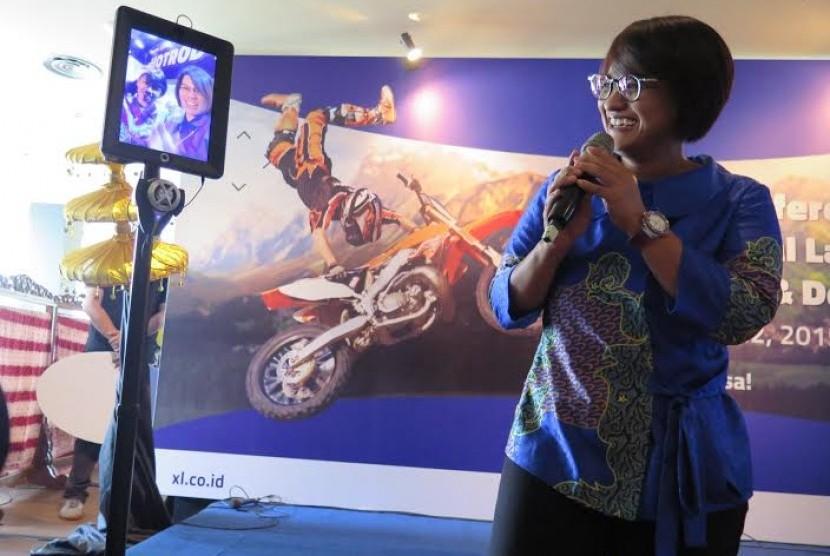 Presiden Direktur XL, Dian Siswarini berkomunikasi melalui video conference dengan Chief Service Management XL, Yessie D. Yosetya (kiri) dan VP XL Region East, Desy Sari Dewi (kanan) yang berada di Surabaya melalui sebuah Robot LTE dalam acara peluncuran