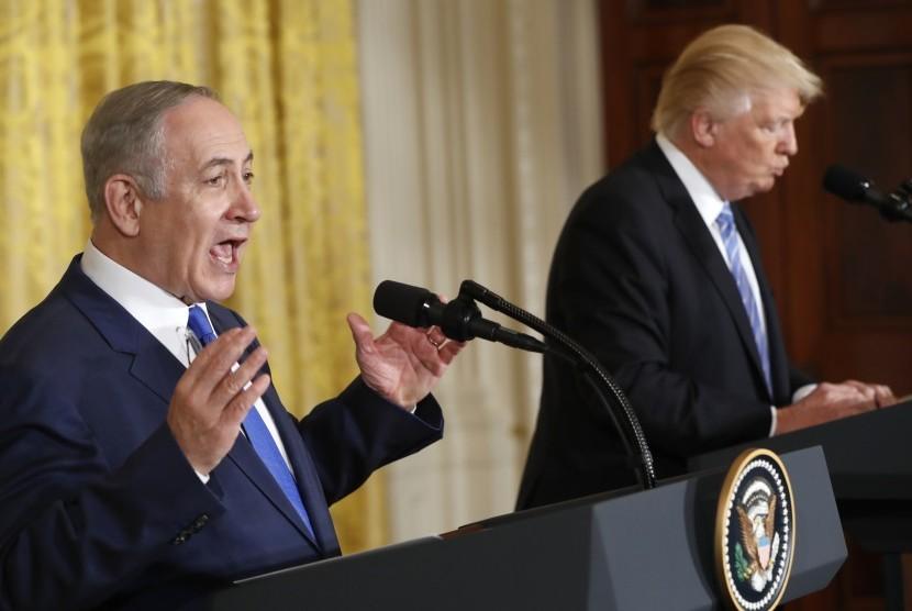 Presiden Donald Trump dan Perdana Menteri Israel Benjamin Netanyahu dalam konferensi pers bersama di Ruang Timur Gedung Putih, Washington, Rabu (15/2).