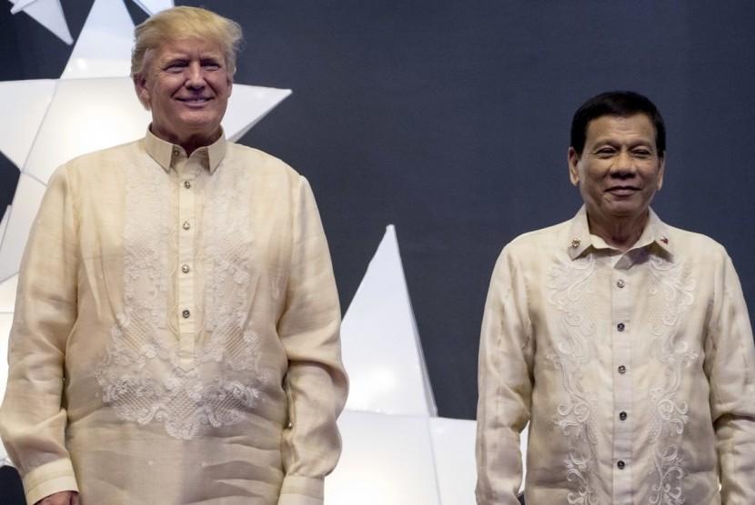 Presiden Donald Trump (kiri) bersama Presiden Filipina, Rodrigo Duterte (kanan)