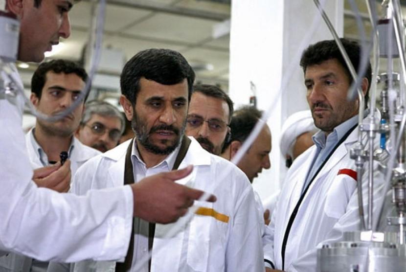 Presiden Iran, Mahmoud Ahmadinejad, saat berdiskusi tentang program nuklir negaranya.