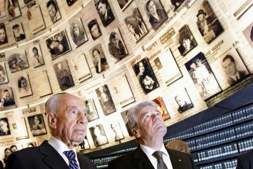Presiden Israel, Shimon Peres bersama dengan Presiden Jerman, Joachim Gauck, akhir Mei lalu di museum peringatan Holocaus, Yad Vasem. Mantan pejabat tinggi Jerman mengatakan mereka selalu memiliki asumsi  bahwa ekspor kapal selam Jerman  ke Israel dilengka