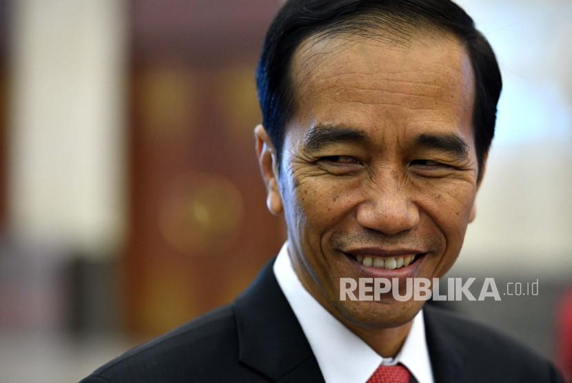 Jokowi Tertawa Tanggapi Prediksi Indonesia Bubar pada 2030