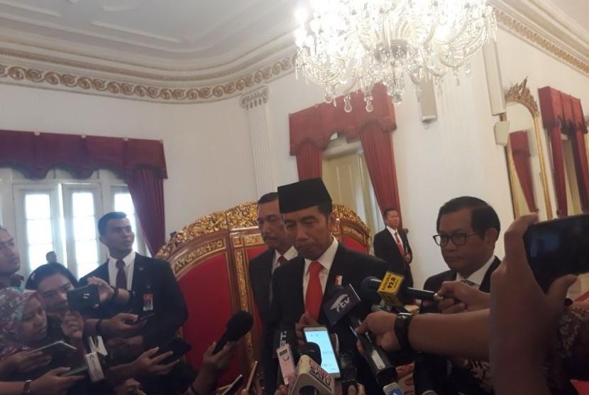 Presiden Joko Widodo berbicara kepada media usai melantik Inspektur Jenderal Heru Winarko sebagai kepala Badan Narkotika Nasional (BNN) di Istana Negara, Jakarta, Kamis (1/3).